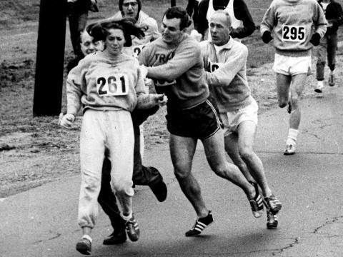 Kathy Switzer fue golpeada por Jock Semple durante el Maratón de Boston.