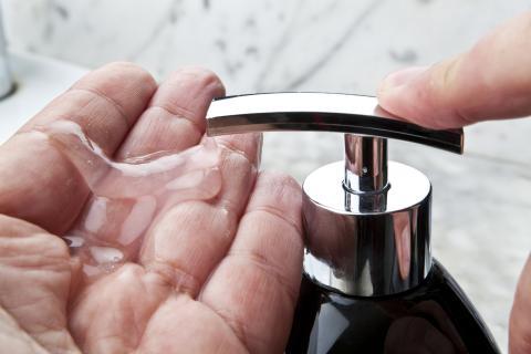 Lavarse las manos con gel desinfectante