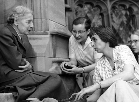 Lise Meitner junto a un grupo de su estudiantes en 1958.