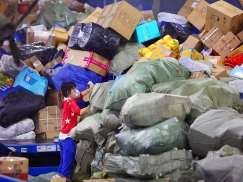 Un empleado clasifica paquetes en un centro logístico de ZTO Express en Wuhan, el 22 de marzo de 2020.