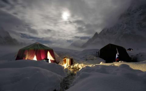 La luna ilumina glaciares cubiertos de nieve, cerca de la segunda montaña más alta del mundo, el K2.