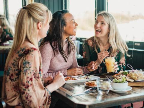 Salir a comer o cenar con amigas requiere meses de planificación.