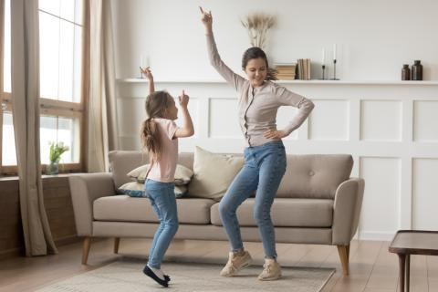 Madre bailando con su hija