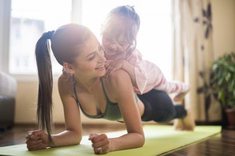 Madre haciendo ejercicio con su hija