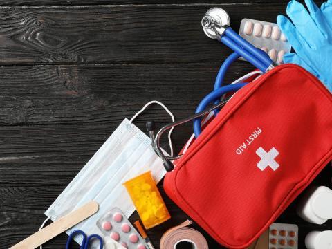 Ten un botiquín de primeros auxilios para tratar lesiones comunes.