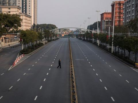 Un hombre cruza una carretera vacía el 3 de febrero de 2020 en Wuhan, China.