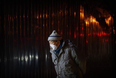 Un hombre usa una mascarilla protectora en Beijing, China, el 25 de febrero de 2020.