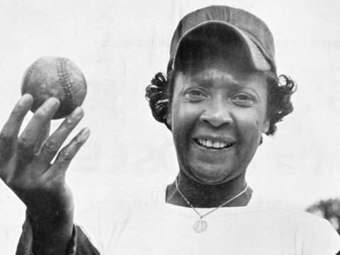 Toni Stone con una pelota de béisbol en 1953.