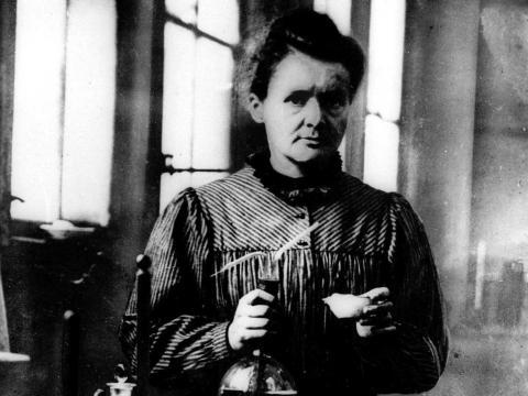 La científica Marie Curie trabaja en un laboratorio en esta foto sin fecha.