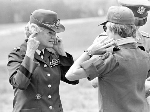 Mary E. Clarke en el Centro de Policía Militar de Fort McClellan en 1978.