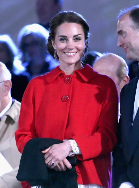 Middleton llevaba la chaqueta sobre un vestido de encaje blanco de Dolce & Gabbana.