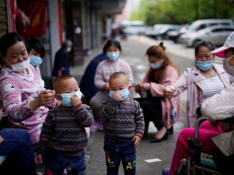 Estos niños y mujeres juegan en Xianning el 26 de marzo de 2020