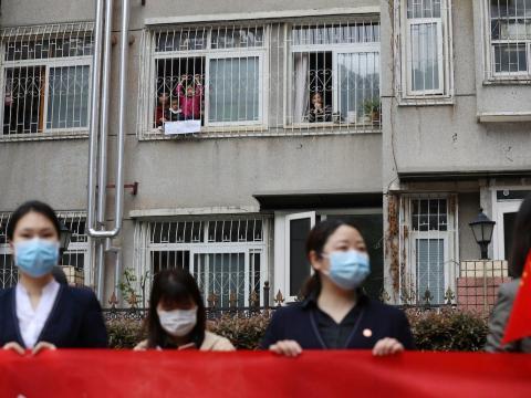 Los residentes de la ciudad se despidieron del equipo médico de la provincia de Guizhou, que abandonó Wuhan el 25 de marzo de 2020.