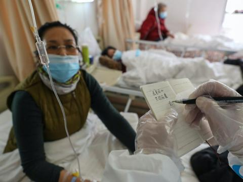 Un médico trata a un paciente con coronavirus en Wuhan el 25 de febrero de 2020.