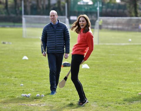Kate Middleton ha llevado pantalones de Zara para visitar el club Salthill GAA en marzo de este año.