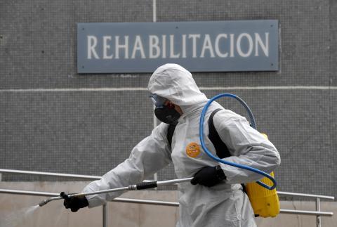 Un miembro de la UME desinfecta un hospital de Gijón ante la pandemia del coronavirus