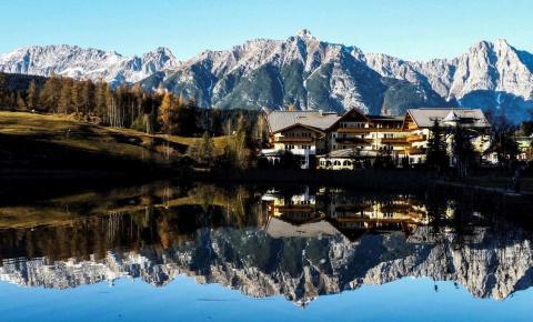 Las montañas se reflejan en un pequeño lago al occidente de Austria, en un pueblo de Seefeld.