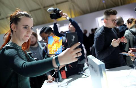 Mujer haciendo fotos a un móvil