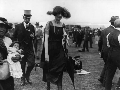 Una mujer en una carrera de caballos de Ascot, hacia 1920.