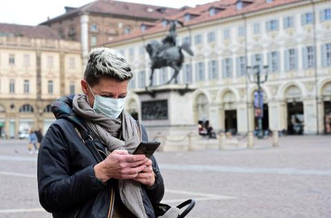 Mujer con su teléfono móvil en Turin.