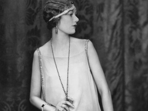 Una mujer en la década de 1920 muestra la moda clásica de entonces.