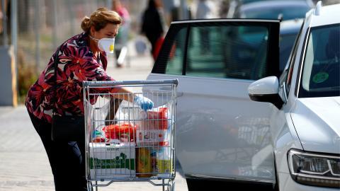 Una mujer hace la compra días antes de que se decrete el estado de alarma por coronavirus.