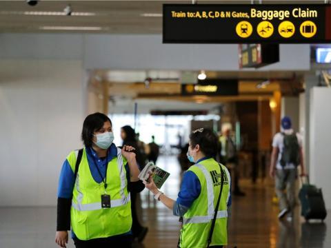 Un par de trabajadores en el aeropuerto internacional de Seattle-Tacoma el 3 de marzo de 2020.