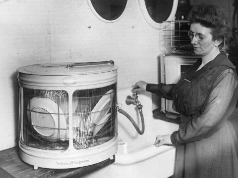 Una mujer con uno de los primeros lavavajillas.