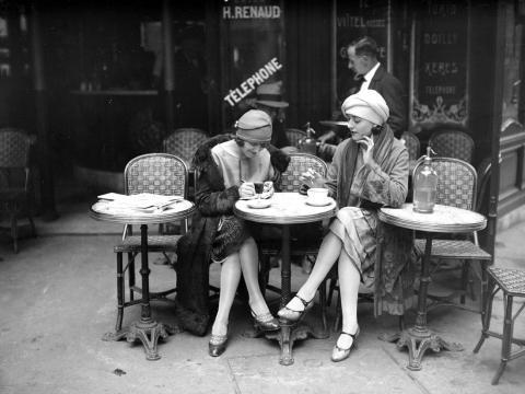 Mujeres en un café de París, hacia 1920.