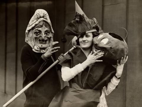 Mujeres de la época disfrazadas para Halloween.