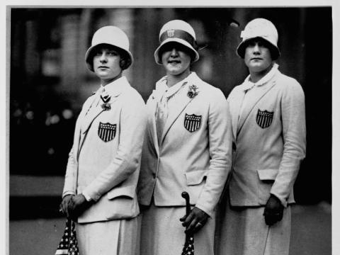 Los nadadores olímpicos estadounidenses Aileen Riggin, Gertrude Ederle y Helen Wainright.