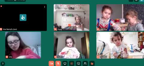Niños en clase de pintura a través de Nannyfy.