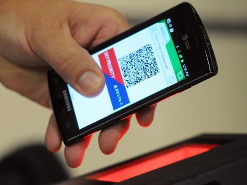 Un pasajero de Delta usa una tarjeta de embarque móvil.
