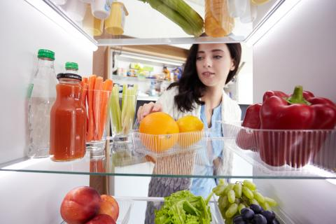 Nevera con frutas, verduras y otras comidas