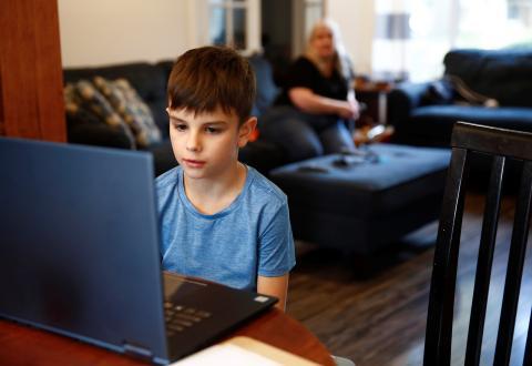 Niño recibiendo clases online en casa.