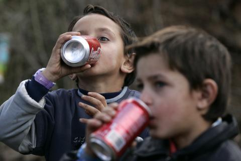 Niños bebiendo coca-cola