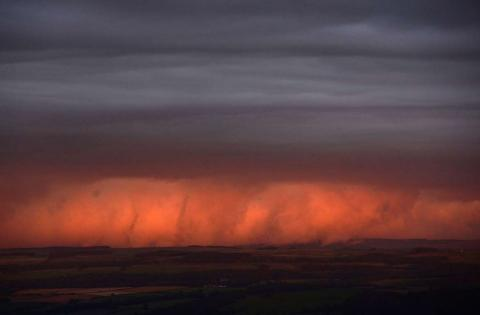 Las nubes son iluminadas por la puesta de sol, en el norte de Inglaterra.
