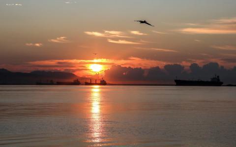 Puerto de la ciudad de Kingston, Jamaica, al amanecer.