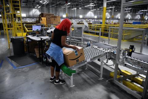 Una operadora de Amazon en un almacén.