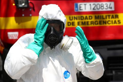 Un operario desinfecta las calles por la pandemia del coronavirus