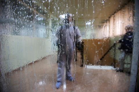 Un operario desinfecta una estación de autobuses en plena crisis del coronavirus