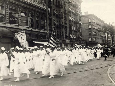 Enfermeras de la Cruz Negra en un desfile por Harlem durante la convención de la Asociación Universal para la Mejora de los Negros.