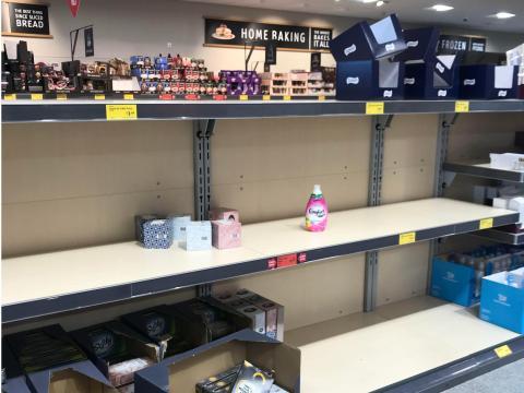 Un estante vacío, antes abastecido con papel higiénico y pañuelos de papel, en un supermercado en Sydenham, Gran Bretaña.
