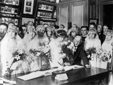 Las parejas se reunieron en la Iglesia de San Jorge el día de Navidad en 1920.
