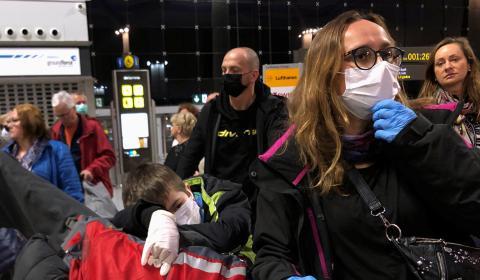 Pasajeros con mascarillas en el aeropuerto.