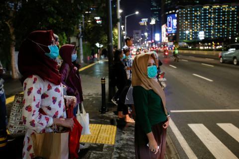 Peatones con mascarillas en el centro de Yakarta (Indonesia)