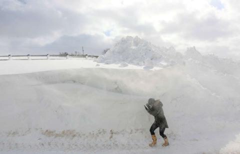 Una persona atraviesa una ventisca de nieve en Irlanda del Norte.