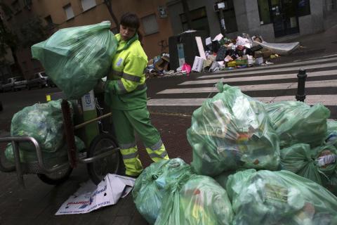 Persona recogiendo basura