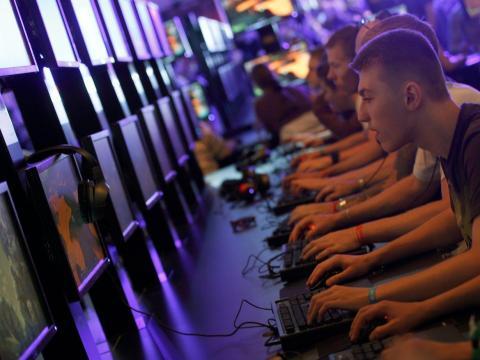 Visitantes de la convención Gamescom, la feria de videojuegos más grande de Europa, probando nuevos juegos.