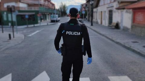 G. S. , policía local, recorriendo las calles desiertas por la alarma nacional del coronavirus